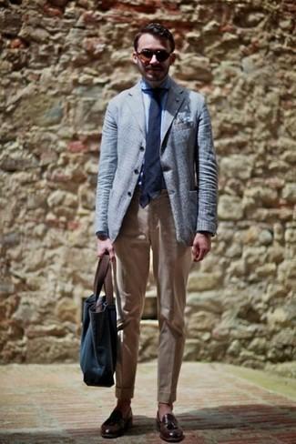 Outfits hombres en clima cálido: Considera ponerse un blazer celeste y un pantalón chino marrón claro para después del trabajo. ¿Te sientes valiente? Elige un par de mocasín con borlas de cuero en marrón oscuro.