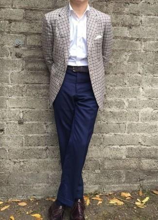 Combinar un blazer de pata de gallo gris: Haz de un blazer de pata de gallo gris y un pantalón chino negro tu atuendo para lograr un look de vestir pero no muy formal. Luce este conjunto con zapatos brogue de cuero burdeos.