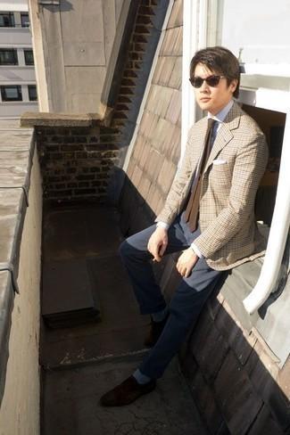 Combinar unos calcetines celestes: Considera ponerse un blazer de pata de gallo en beige y unos calcetines celestes para un look agradable de fin de semana. Con el calzado, sé más clásico y usa un par de mocasín de ante en marrón oscuro.