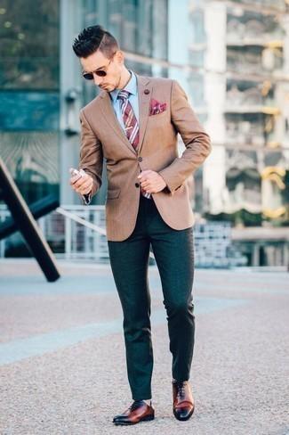 Combinar un blazer marrón claro: Si buscas un look en tendencia pero clásico, equípate un blazer marrón claro junto a un pantalón chino verde oscuro. ¿Te sientes valiente? Opta por un par de zapatos oxford de cuero en tabaco.