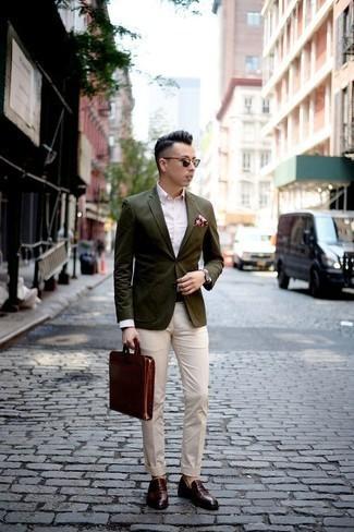 Un mocasín con borlas de vestir con un pantalón chino en beige: Considera ponerse un blazer verde oliva y un pantalón chino en beige para las 8 horas. ¿Te sientes valiente? Opta por un par de mocasín con borlas.