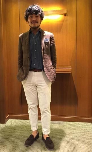 Combinar una camisa de vestir gris: Ponte una camisa de vestir gris y un pantalón chino blanco para lograr un look de vestir pero no muy formal. ¿Te sientes valiente? Elige un par de mocasín con borlas de ante en marrón oscuro.