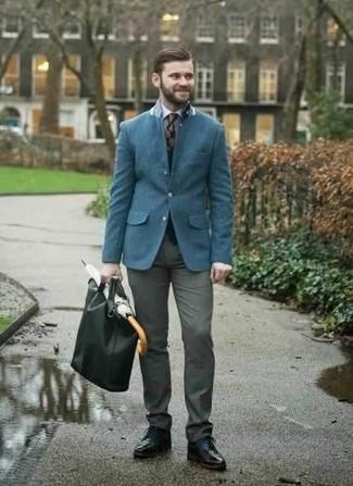 Combinar una bolsa tote de cuero negra: Usa un blazer azul y una bolsa tote de cuero negra para un look agradable de fin de semana. Opta por un par de zapatos derby de cuero negros para mostrar tu inteligencia sartorial.