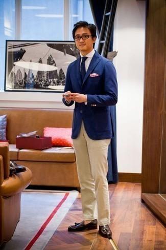 Un mocasín con borlas de vestir con un pantalón chino en beige: Equípate un blazer azul junto a un pantalón chino en beige para el after office. Mocasín con borlas levantan al instante cualquier look simple.