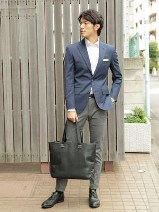 Combinar una bolsa tote de lona verde oscuro: Un blazer azul marino y una bolsa tote de lona verde oscuro son una opción grandiosa para el fin de semana. ¿Te sientes valiente? Opta por un par de zapatos derby de cuero en gris oscuro.