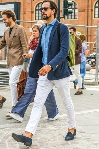 Combinar una chaqueta: Equípate una chaqueta con un pantalón chino blanco para las 8 horas. Completa tu atuendo con mocasín de ante azul marino para mostrar tu inteligencia sartorial.
