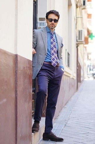 Combinar una correa de cuero marrón: Emparejar un blazer gris con una correa de cuero marrón es una opción práctica para el fin de semana. ¿Te sientes valiente? Completa tu atuendo con zapatos oxford de ante en marrón oscuro.