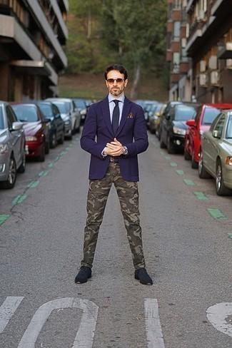 Moda para hombres de 40 años: Usa un blazer azul marino y un pantalón chino de camuflaje verde oliva para las 8 horas. Luce este conjunto con zapatos derby de ante azul marino.