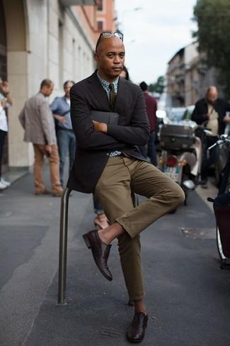 Combinar un pantalón chino verde oliva: Usa un blazer negro y un pantalón chino verde oliva para crear un estilo informal elegante. ¿Te sientes valiente? Usa un par de zapatos oxford de cuero burdeos.