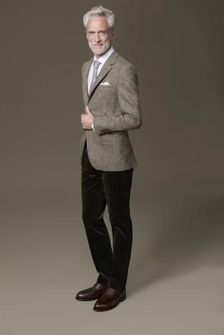 Combinar unos zapatos derby de cuero en marrón oscuro: Intenta combinar un blazer gris junto a un pantalón chino de pana verde oscuro para lograr un estilo informal elegante. Zapatos derby de cuero en marrón oscuro proporcionarán una estética clásica al conjunto.