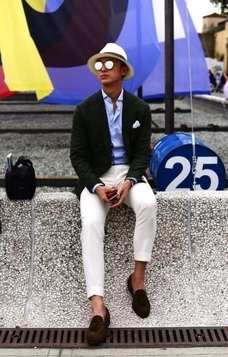 Combinar un mocasín con borlas de ante en marrón oscuro: Usa un blazer verde oscuro y un pantalón chino blanco para las 8 horas. ¿Te sientes ingenioso? Dale el toque final a tu atuendo con mocasín con borlas de ante en marrón oscuro.