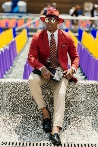 Combinar una corbata estampada burdeos: Opta por un blazer rojo y una corbata estampada burdeos para un perfil clásico y refinado. Mocasín de cuero negro son una opción buena para completar este atuendo.