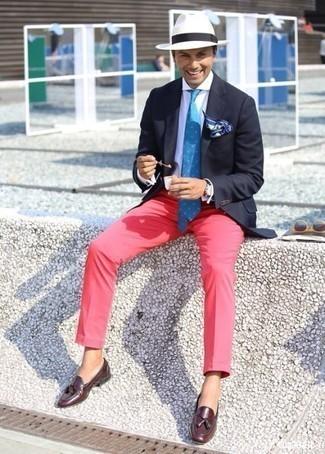 Combinar un mocasín con borlas de cuero burdeos: Usa un blazer azul marino y un pantalón chino rosa para crear un estilo informal elegante. Elige un par de mocasín con borlas de cuero burdeos para mostrar tu inteligencia sartorial.
