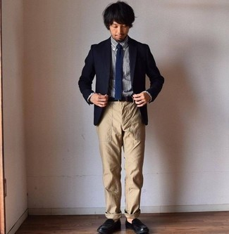 Combinar un blazer azul marino: Elige un blazer azul marino y un pantalón chino marrón claro para crear un estilo informal elegante. Mocasín de cuero negro añaden la elegancia necesaria ya que, de otra forma, es un look simple.