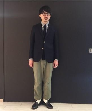 Combinar un mocasín con borlas de cuero negro: Opta por un blazer negro y un pantalón chino verde oliva para lograr un estilo informal elegante. Activa tu modo fiera sartorial y haz de mocasín con borlas de cuero negro tu calzado.