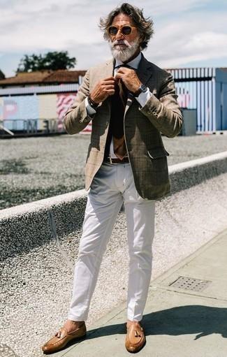 Combinar una corbata marrón: Algo tan simple como optar por un blazer a cuadros marrón claro y una corbata marrón puede distinguirte de la multitud. Mocasín con borlas de cuero marrón claro son una opción estupenda para completar este atuendo.