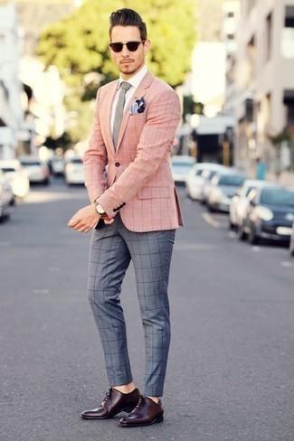 Combinar un pañuelo de bolsillo azul marino para hombres de 30 años: Elige por la comodidad con un blazer a cuadros rosado y un pañuelo de bolsillo azul marino. ¿Te sientes valiente? Haz zapatos oxford de cuero burdeos tu calzado.