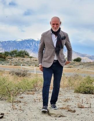 Outfits hombres estilo casual elegante: Elige un blazer de pata de gallo marrón y un pantalón chino azul marino para crear un estilo informal elegante. Elige un par de zapatos con doble hebilla de cuero azul marino para mostrar tu inteligencia sartorial.