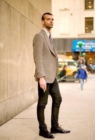Outfits hombres estilo casual elegante: Emparejar un blazer marrón claro con un pantalón chino verde oscuro es una opción perfecta para un día en la oficina. Elige un par de zapatos oxford de cuero en marrón oscuro para mostrar tu inteligencia sartorial.