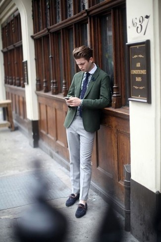 Combinar un pañuelo de bolsillo azul marino: Ponte un blazer verde oscuro y un pañuelo de bolsillo azul marino para un look agradable de fin de semana. ¿Te sientes valiente? Usa un par de mocasín de ante azul marino.