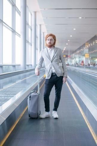 Combinar unos calcetines celestes: Equípate un blazer gris con unos calcetines celestes para un look agradable de fin de semana. Completa el look con deportivas blancas.