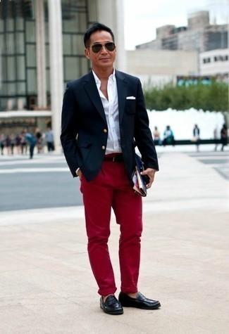 Combinar un mocasín de cuero negro: Considera ponerse un blazer azul marino y un pantalón chino rojo para las 8 horas. Mocasín de cuero negro levantan al instante cualquier look simple.