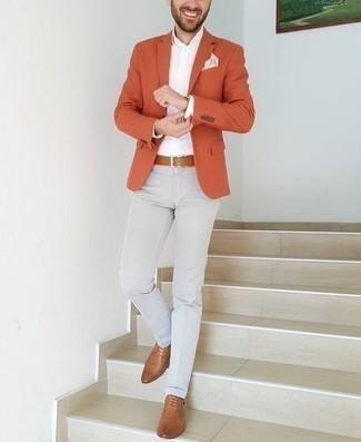 Combinar una correa de cuero marrón claro: Un blazer naranja y una correa de cuero marrón claro son una opción muy buena para el fin de semana. ¿Te sientes valiente? Complementa tu atuendo con zapatos derby de cuero marrón claro.