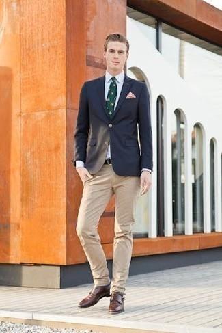 Combinar una camisa de vestir blanca para hombres de 30 años: Intenta combinar una camisa de vestir blanca con un pantalón chino marrón claro para un lindo look para el trabajo. ¿Te sientes valiente? Usa un par de zapatos con doble hebilla de cuero marrónes.