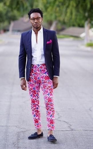 Combinar un mocasín con borlas de ante azul marino: Usa un blazer azul marino y un pantalón chino con print de flores azul para después del trabajo. Con el calzado, sé más clásico y opta por un par de mocasín con borlas de ante azul marino.