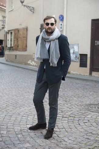 Outfits hombres en clima cálido: Opta por un blazer azul marino y un pantalón chino en gris oscuro para un lindo look para el trabajo. Botas safari de ante en marrón oscuro son una opción grandiosa para completar este atuendo.