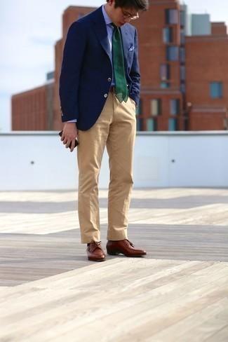 Moda para hombres de 30 años: Si buscas un look en tendencia pero clásico, opta por un blazer azul marino y un pantalón chino marrón claro. Completa tu atuendo con zapatos derby de cuero marrónes para mostrar tu inteligencia sartorial.