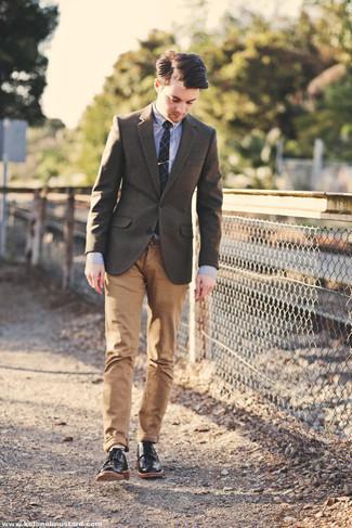 Outfits hombres: Intenta ponerse un blazer de lana marrón y un pantalón chino marrón claro para el after office. Con el calzado, sé más clásico y haz zapatos derby de cuero negros tu calzado.