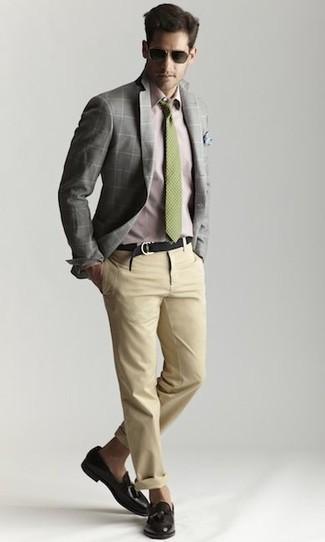 Combinar un mocasín con borlas de cuero negro: Emparejar un blazer a cuadros gris con un pantalón chino en beige es una opción grandiosa para un día en la oficina. Elige un par de mocasín con borlas de cuero negro para mostrar tu inteligencia sartorial.