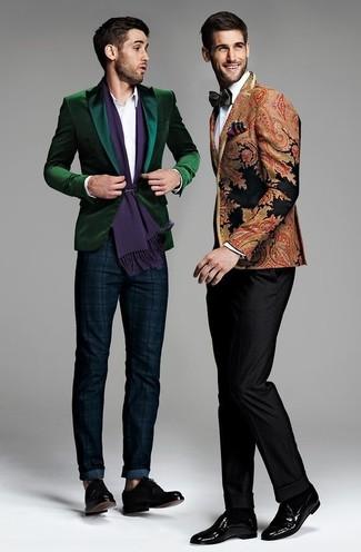Cómo combinar: zapatos derby de cuero negros, pantalón chino de tartán azul marino, camisa de vestir blanca, blazer de terciopelo verde oscuro
