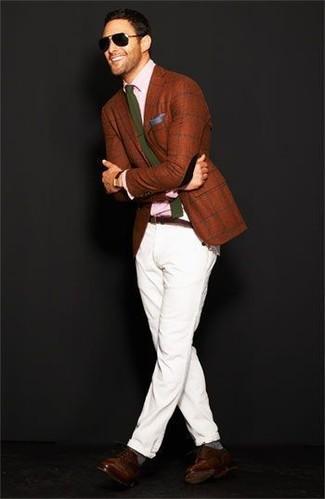 Combinar un blazer a cuadros marrón: Haz de un blazer a cuadros marrón y un pantalón chino blanco tu atuendo para las 8 horas. Elige un par de zapatos derby de cuero en marrón oscuro para mostrar tu inteligencia sartorial.
