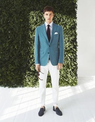 Cómo combinar: mocasín de ante azul marino, pantalón chino blanco, camisa de vestir blanca, blazer en verde azulado