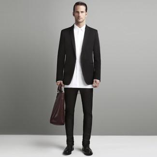 Cómo combinar: zapatos oxford de cuero en marrón oscuro, pantalón chino en marrón oscuro, camisa de vestir blanca, blazer en marrón oscuro