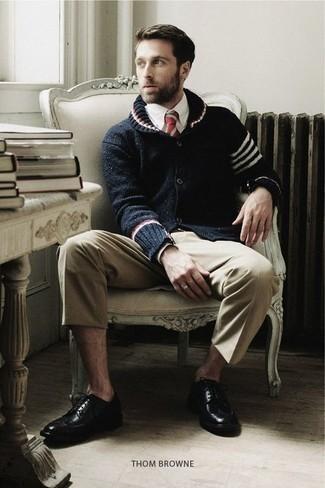 Outfits hombres: Si buscas un estilo adecuado y a la moda, haz de un cárdigan con cuello chal azul marino y un pantalón chino en beige tu atuendo. ¿Te sientes valiente? Opta por un par de zapatos brogue de cuero negros.