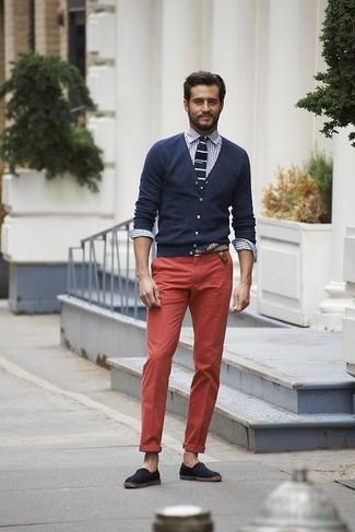Combinar una corbata de punto en azul marino y blanco: Empareja un cárdigan azul marino con una corbata de punto en azul marino y blanco para un perfil clásico y refinado. Si no quieres vestir totalmente formal, haz alpargatas de lona azul marino tu calzado.