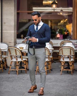 Cómo combinar: zapatos con doble hebilla de cuero marrónes, pantalón chino de cuadro vichy en blanco y negro, camisa de vestir blanca, cárdigan azul marino