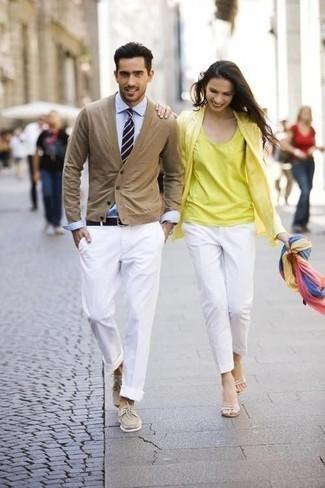 Combinar una corbata de rayas horizontales en azul marino y blanco: Emparejar un cárdigan marrón claro junto a una corbata de rayas horizontales en azul marino y blanco es una opción incomparable para una apariencia clásica y refinada. Si no quieres vestir totalmente formal, opta por un par de náuticos de ante en beige.