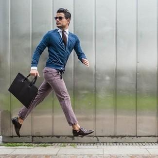 Combinar un pantalón chino morado: Este combo de un cárdigan azul y un pantalón chino morado te permitirá mantener un estilo cuando no estés trabajando limpio y simple. Zapatos con doble hebilla de cuero en marrón oscuro proporcionarán una estética clásica al conjunto.
