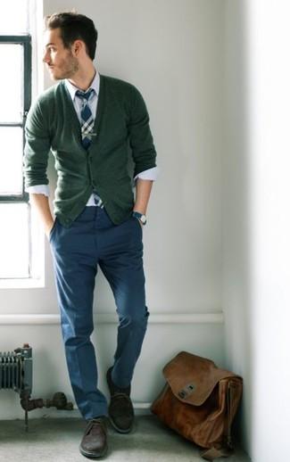 Cómo combinar: botas safari de ante marrónes, pantalón chino azul marino, camisa de vestir blanca, cárdigan verde oliva