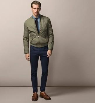 Cómo combinar: zapatos con doble hebilla de cuero marrónes, pantalón chino azul marino, camisa de vestir de cambray celeste, cazadora de aviador verde oliva