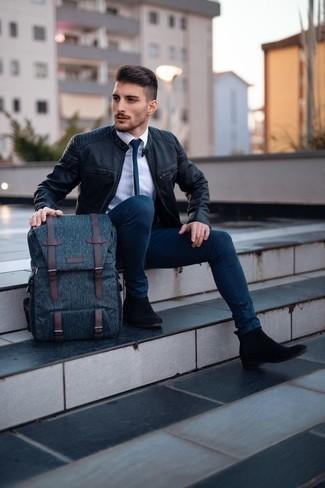 Combinar una mochila de lona azul marino: Una cazadora de aviador de cuero negra y una mochila de lona azul marino son una opción inmejorable para el fin de semana. Botines chelsea de ante negros son una forma sencilla de mejorar tu look.