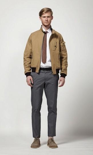 Cómo combinar: zapatos derby de ante marrónes, pantalón chino en gris oscuro, camisa de vestir blanca, cazadora harrington marrón claro