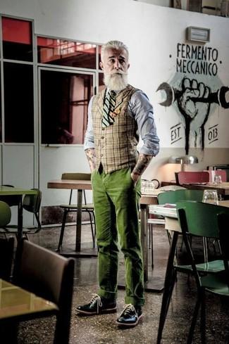 Cómo combinar: zapatos brogue de cuero negros, pantalón chino de pana verde oliva, camisa de vestir de cambray gris, chaleco de vestir de tartán marrón claro