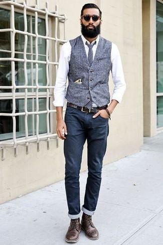 Combinar unas botas casual de cuero en marrón oscuro: Elige un chaleco de vestir de lana gris y un pantalón chino azul marino para un perfil clásico y refinado. Botas casual de cuero en marrón oscuro contrastarán muy bien con el resto del conjunto.