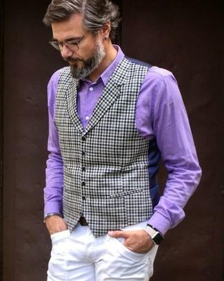 Combinar una camisa de vestir morado: Haz de una camisa de vestir morado y un pantalón chino blanco tu atuendo para un lindo look para el trabajo.