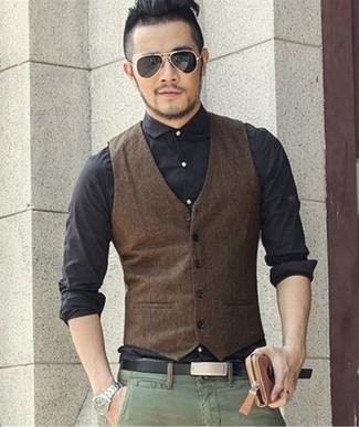 Cómo combinar: correa de cuero negra, pantalón chino verde, camisa de vestir negra, chaleco de vestir en marrón oscuro
